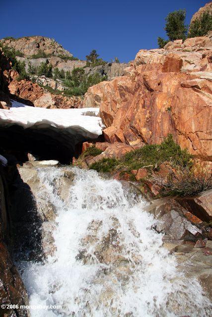 Водопад на поход с запада озеро в озере bergona