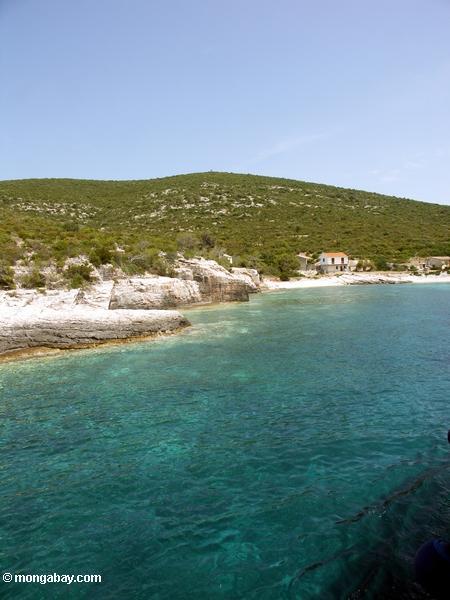 Les eaux claires de la crique méditerranéenne outre de l'île de force