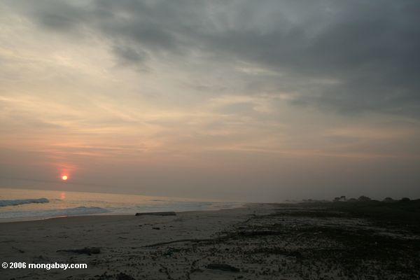 Sonnenuntergang über einem östlichen Atlantik Strand