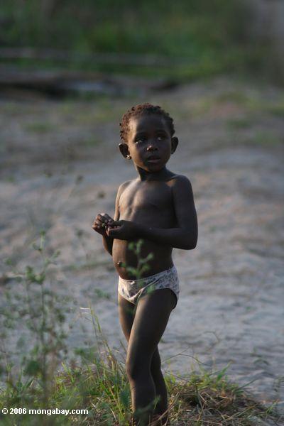 Enfant au Gabon. Les tropiques deviennent l'épicentre de la population mondiale, la région est déjà l'épicentre de la croissance démographique. Photographie Rhett A. Butler.