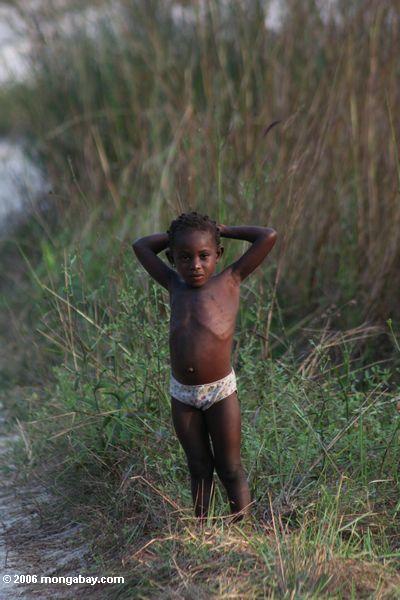 Junges Mädchen nahe einem Dorf in Gabun