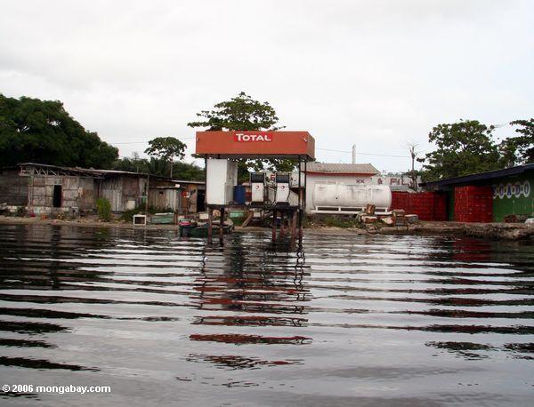 Всего газовой станции вдоль лагуны в ombue, Габон