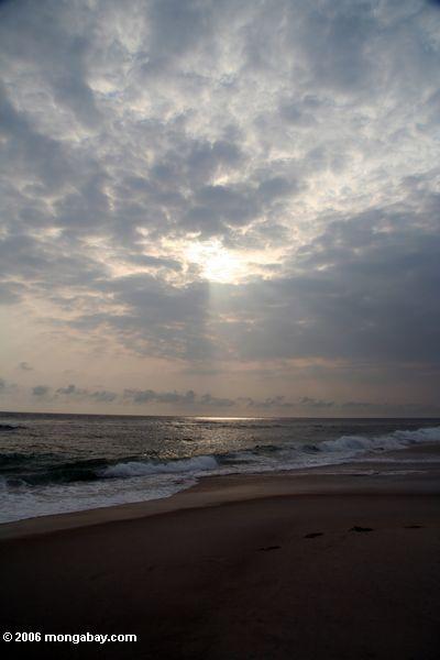 Sonnenuntergang über dem Atlantik auf einem Strand in Gabun