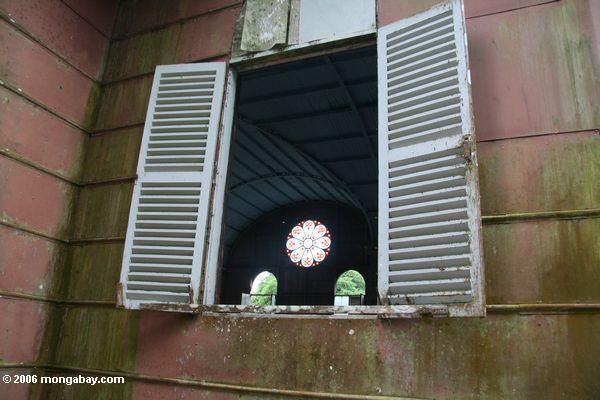 Beflecktes Glasfenster an Str. Anne, wie von der Außenseite angesehen