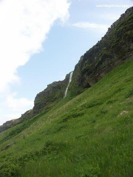 небольшой водопад вблизи seljalandsfoss