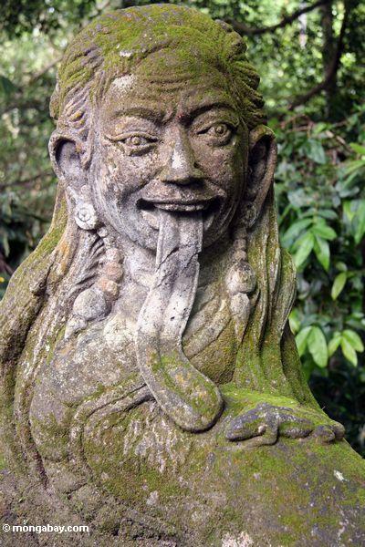 Hinduistische Statue einer Frau ausgestattet mit einer großzügigen Zunge