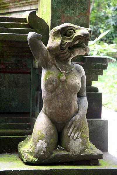 Körper aber Kopf der hinduistischen StatueFrauen eines Monsters