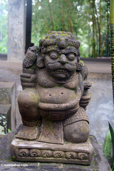 Untersetzte Statue an der Elefant-Höhle