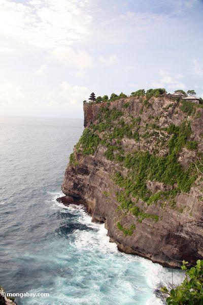Türkis wässert unter drastischen Klippen des Uluwatu Bügels in Bali