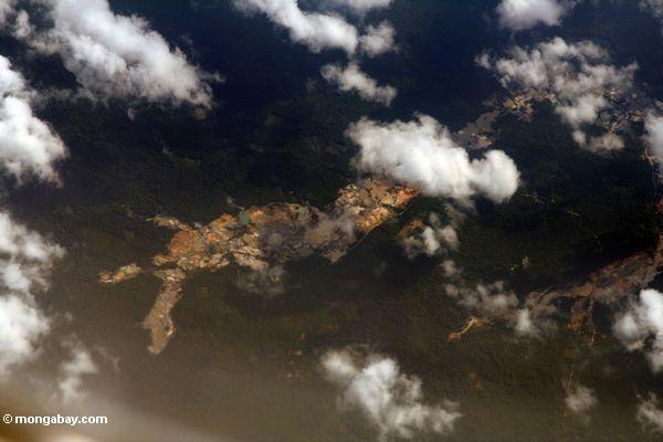 Luftaufnahme des kleinräumigen Bergbaus nahe Nordjava