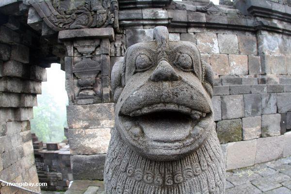 Steinstatuetier bei Borobudur