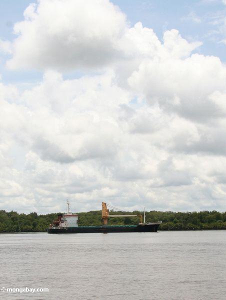 Öltanker im Kumai Fluß