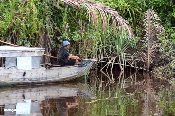 Fischen auf dem Seikonyer Fluß in Kalimantan Kalimantan