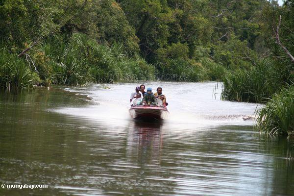 Silikonbergmänner in einem speedboat überschrift upriver zu einer ungültigen gewinnenzone
