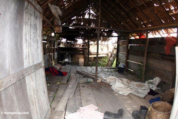 Innere eines verlassenen Gehöfts außerhalb Tanjung Puting des Nationalparks