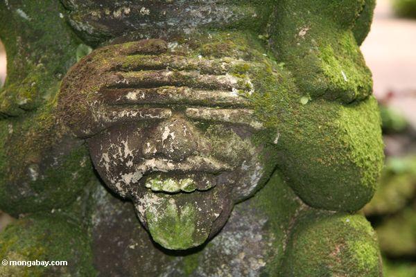 Moosige Statue--öffnung geöffnet, Zunge heraus