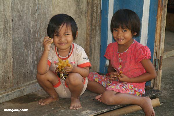 Niños en la isla de Sulawesi en Indonesia. Fotografía de Rhett Butler.