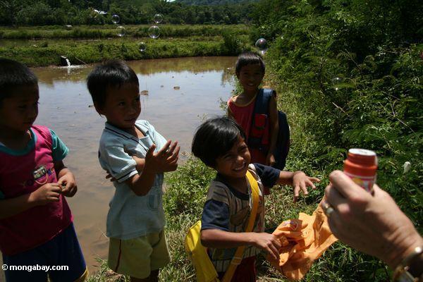 toraja дети играют с пузырьками