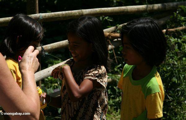Die Pana Mädchen, die mit Luftblasen Toraja