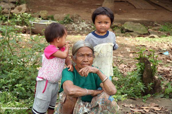Alte Frau mit Kinder