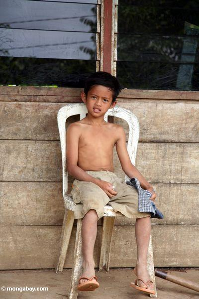 мальчик на крыльцо в tikala