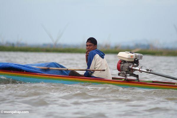 Mann im bunten Kanu