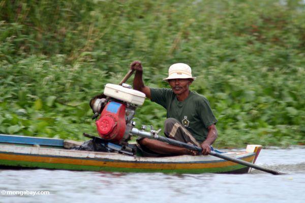 Das Fahren des traditionellen Buginese motorisierten Kanus Sulawesi