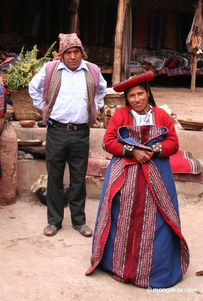 Mulher Andean na roupa tradicional de Quencha