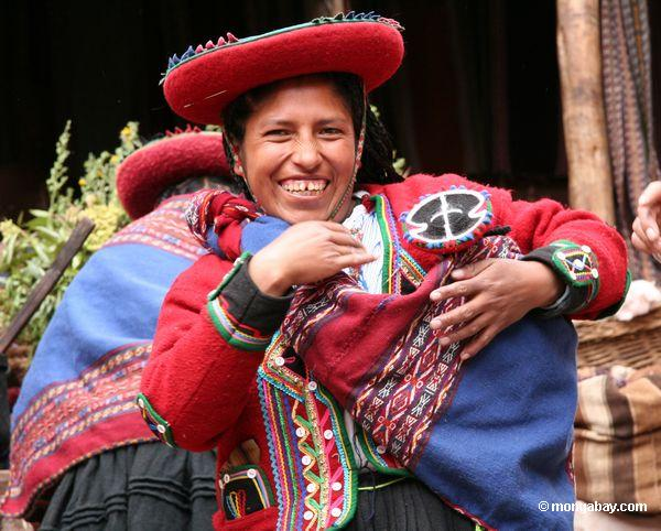 Mulher Andean no attire tradicional de Quencha
