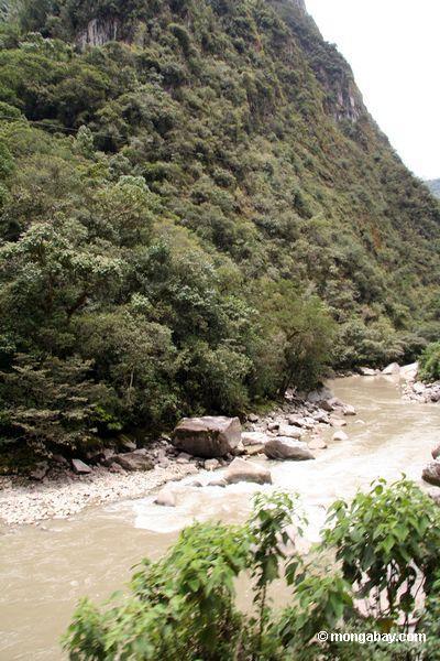 Rio de Urubamba perto do povoado indígino de Machu Picchu
