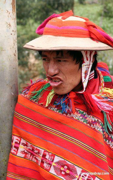 willoq человеком в Ольянтайтамбо носить традиционные красные одежды