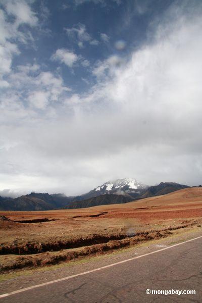 雪の景色と、ペルーのクスコの田舎のピークキャップ