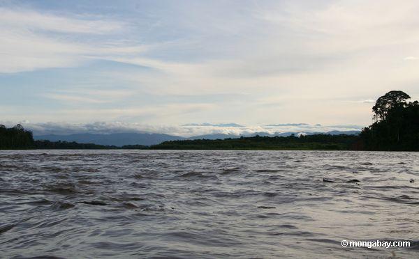 Ver acima do rio de Tambopata de foothills de Andes