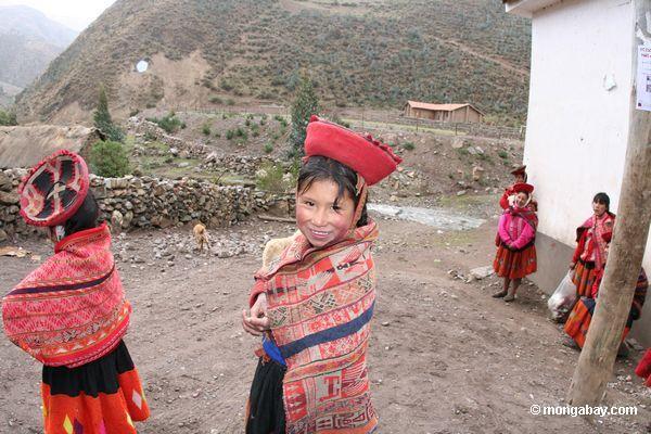 молодая девушка в willoq сообщества ношение традиционной одежды
