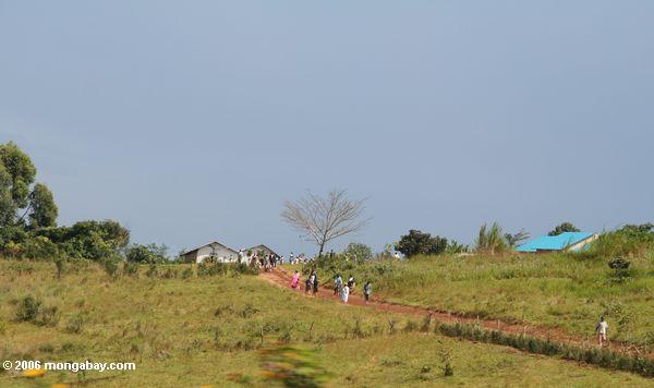 Ugandans rural que sae da igreja em domingo