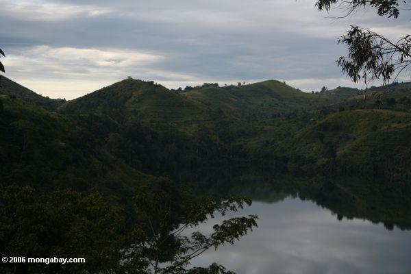 Lago Nyinambuga na tarde atrasada