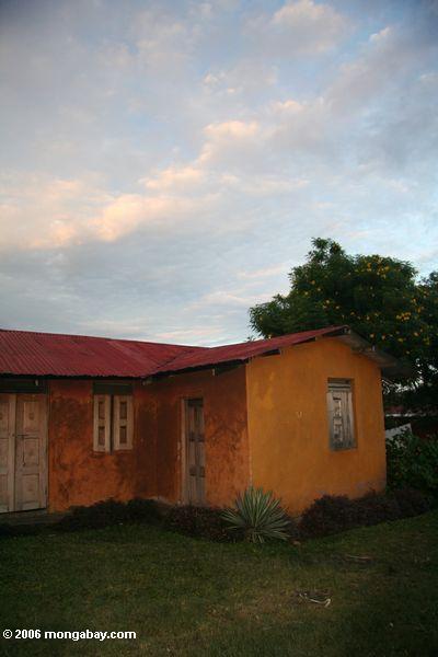 Orange Haus mit Portalregion