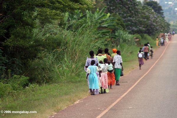 Ugandans, das nach Hause von der Kirche an einem Sonntag Uganda