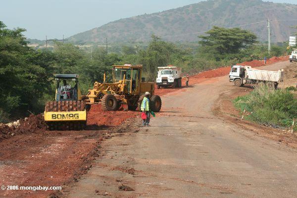 Equipamento e veículos de construção da estrada em Uganda