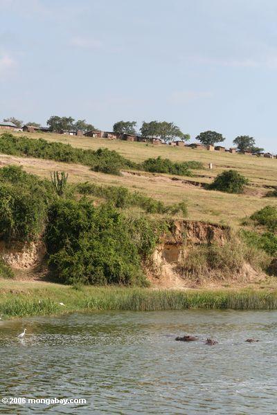 Kazinga Fischendorf in QENP herüber vom Nationalpark