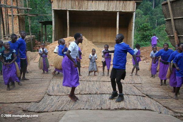 Bwindi verwaist die Gruppe Kinder, die tun traditionelle Tänze und Liede