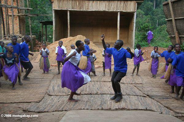 Bwindi verwaist die Gruppe Kinder, die singen und tanzen