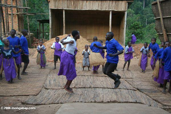 Os orphans de Bwindi agrupam as crianças que fazem danças e canções tradicionais
