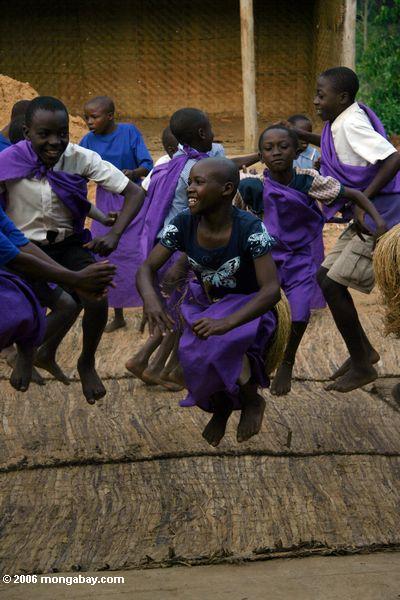 Бвинди детей, многие из которых являются сиротами, исполняющих традиционные песни и танцы