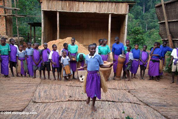Dançar dos orphans de Bwindi