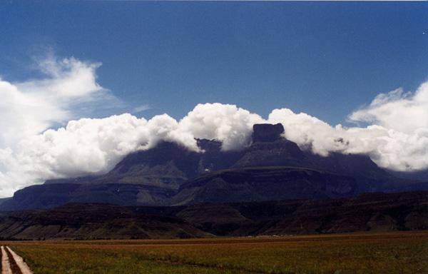 Auyantepui, uma montanha do alto de tabela, em Venezuela
