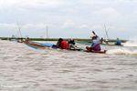 Pria mengemudi kano tradisional bermotor Bugis di Danau Tempe (Sulawesi (Celebes))