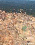 Camiones mineros, equipo, tajo abierto y caminos en la mina de oro Río Huaypetue, al sureste de Perú